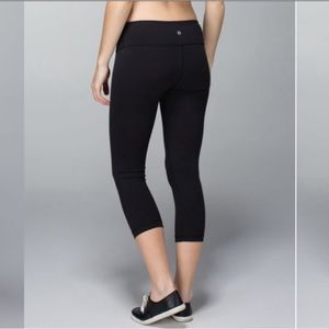Lululemon Black Wunder Under Crops 4 EUC 21""